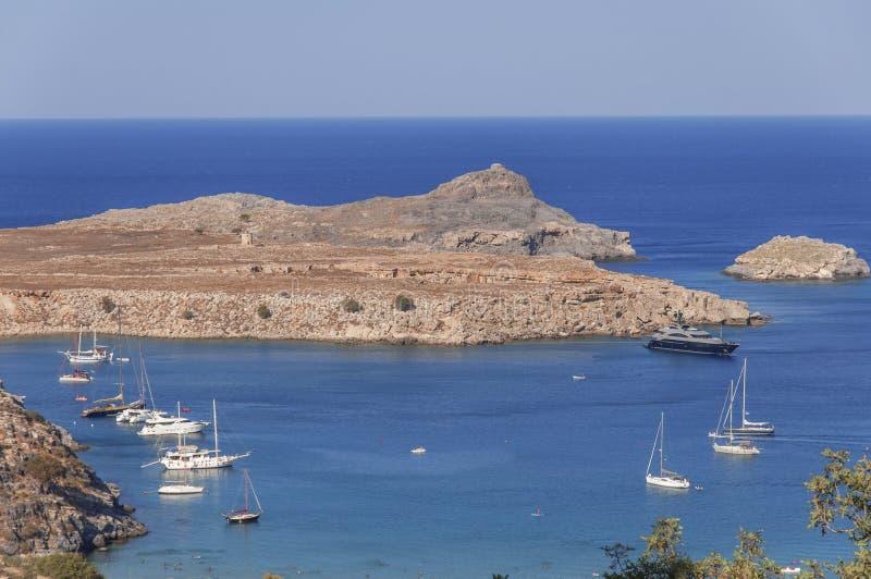 Vista bonita no mar azul natural com diversos curso entrado e barco de pesca imagens de stock