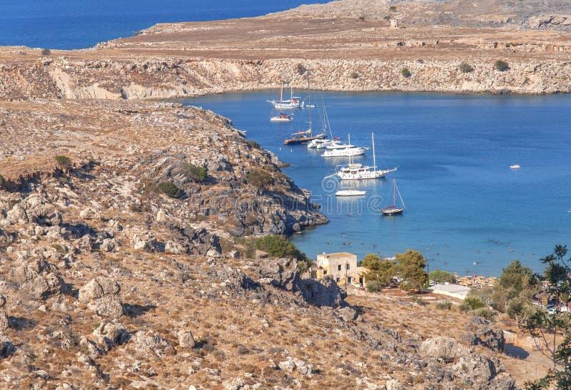 Vista bonita no mar azul natural com diversos curso entrado e barco de pesca imagem de stock royalty free