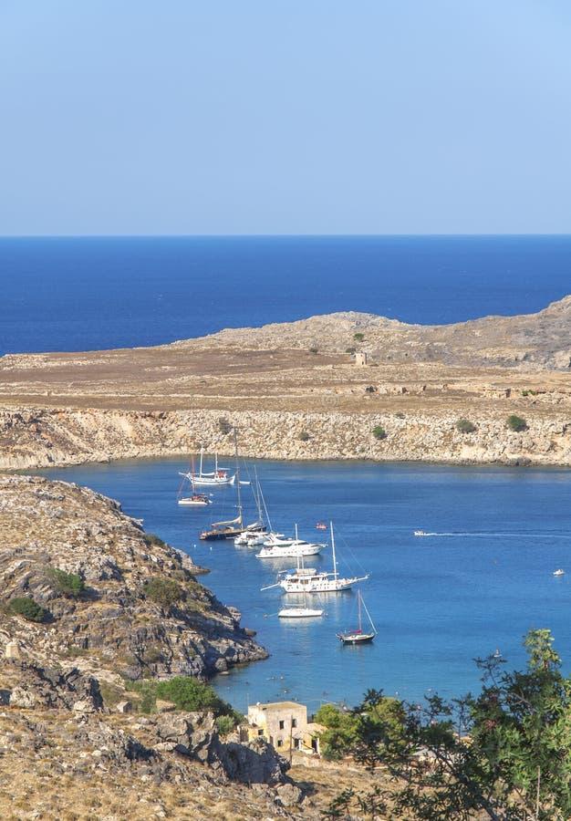 Vista bonita no mar azul natural com diversos curso entrado e barcos de pesca fotos de stock