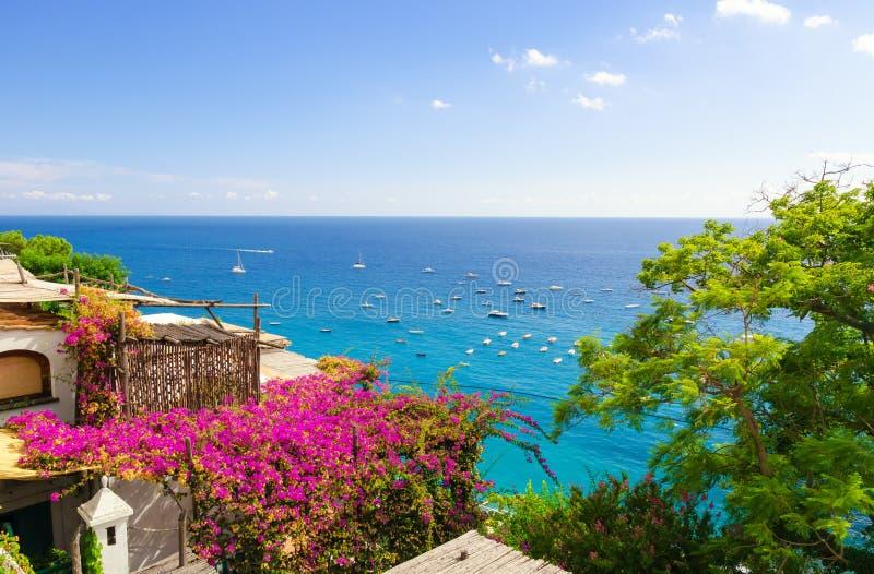 Vista bonita no mar Mediterrâneo da costa de Amalfi, Campania, Itália imagens de stock