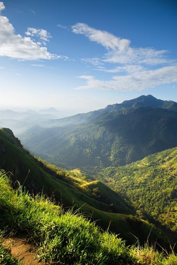 Vista bonita no nascer do sol nas montanhas imagens de stock