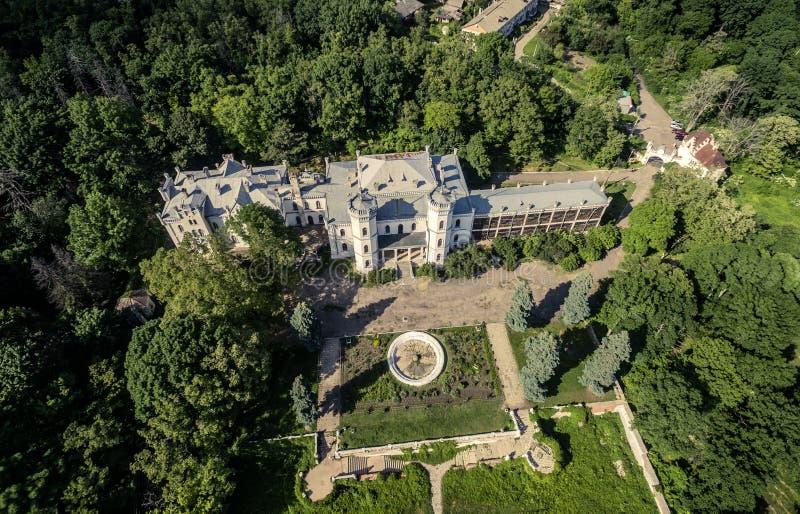 A vista bonita no palácio branco da cisne e a jarda em Sharivka estacionam, região de Kharkiv imagens de stock royalty free