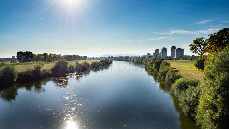 Vista bonita sobre a arquitetura da cidade e as economias urbanas do rio em Zagreb, Croácia imagens de stock royalty free