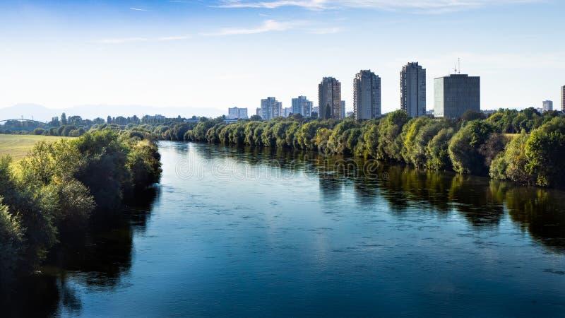 Vista bonita sobre a arquitetura da cidade e as economias urbanas do rio em Zagreb, Croácia imagens de stock
