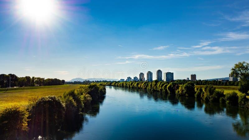 Vista bonita sobre a arquitetura da cidade e as economias urbanas do rio em Zagreb, Croácia fotos de stock