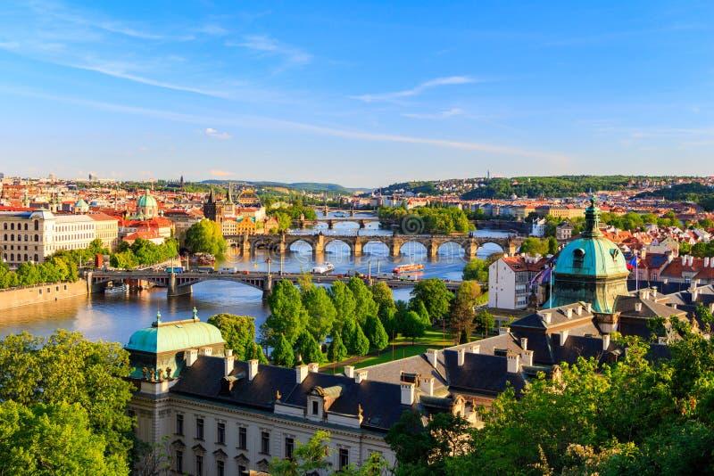 Vista bonita a Vltava e a pontes em Praga, república checa fotos de stock
