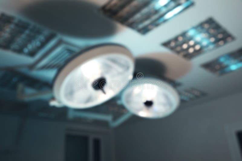 Vista borrosa de lámparas quirúrgicas en el funcionamiento moderno imagen de archivo