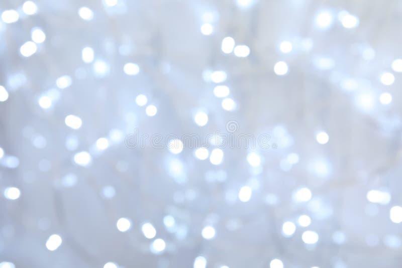 Vista borrosa de las luces de la Navidad como fondo foto de archivo