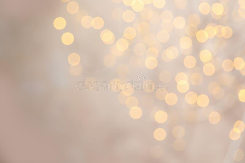 Vista borrosa de las luces de la Navidad de oro como fondo imagen de archivo libre de regalías