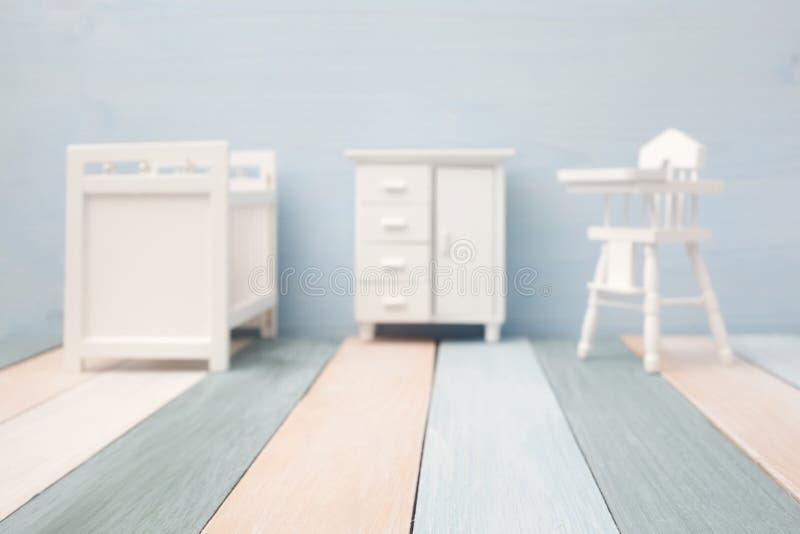 Vista borrosa del sitio hermoso del bebé con la pared de los colores claros imagenes de archivo