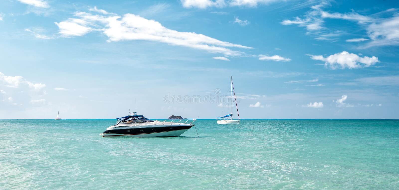 Download Vista Brilhante Atrativa Da Praia Marinha Bonita Colorida Exótica Com O Barco Na água Azul Imagem de Stock - Imagem de exotic, oceano: 80101465