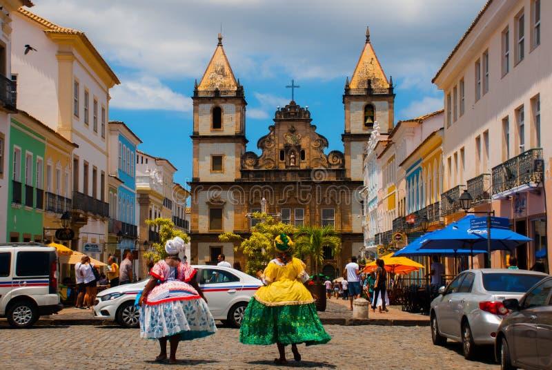 Vista brillante de Pelourinho en Salvador, el Brasil, dominado por la cruz de piedra colonial grande de Cruzeiro de Sao Francisco fotos de archivo