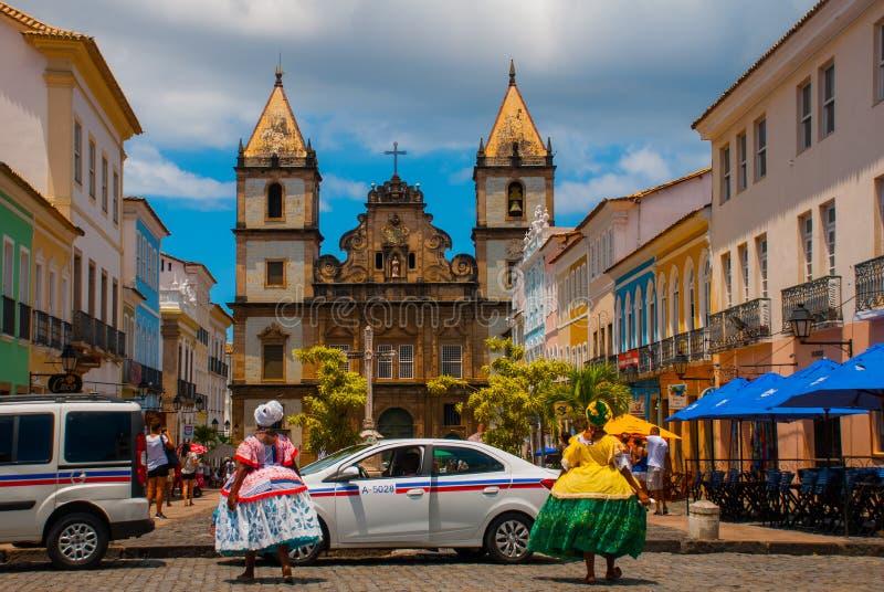 Vista brillante de Pelourinho en Salvador, el Brasil, dominado por la cruz de piedra colonial grande de Cruzeiro de Sao Francisco foto de archivo
