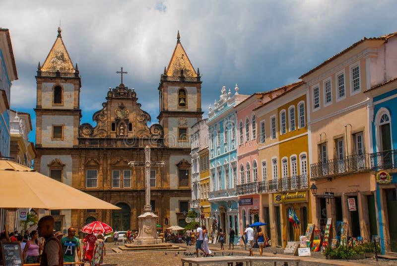 Vista brillante de Pelourinho en Salvador, el Brasil, dominado por la cruz de piedra colonial grande de Cruzeiro de Sao Francisco foto de archivo libre de regalías