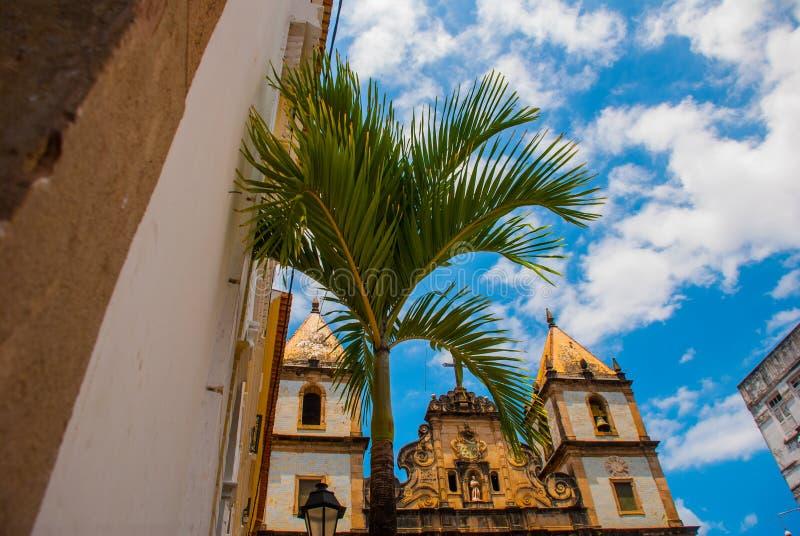 Vista brillante de Pelourinho en Salvador, el Brasil, dominado por la cruz de piedra colonial grande de Cruzeiro de Sao Francisco fotografía de archivo