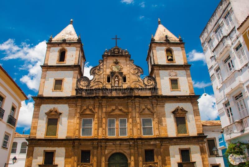 Vista brillante de Pelourinho en Salvador, el Brasil, dominado por la cruz de piedra colonial grande de Cruzeiro de Sao Francisco imágenes de archivo libres de regalías