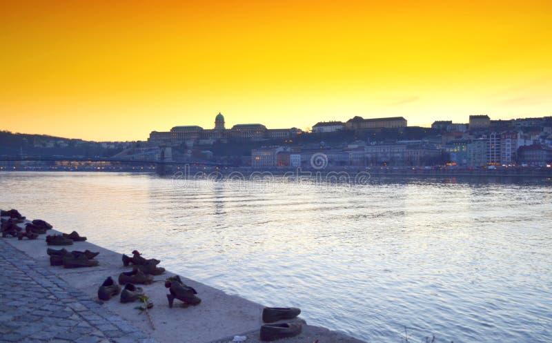 Vista Budapest del banco del río Danubio imagenes de archivo