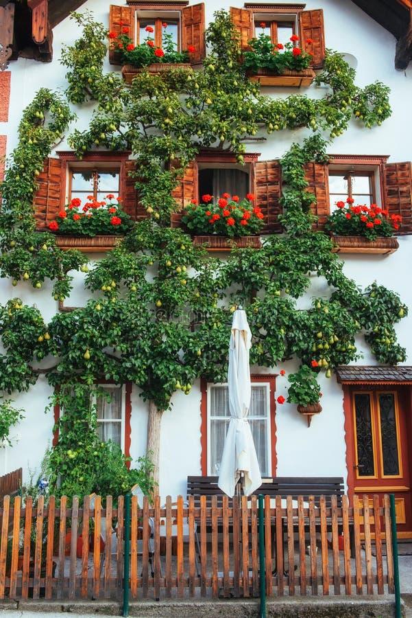 Vista cénico A área histórica da cidade Hallstatt com as casas coloridas tradicionais em Halshtati Áustria imagens de stock