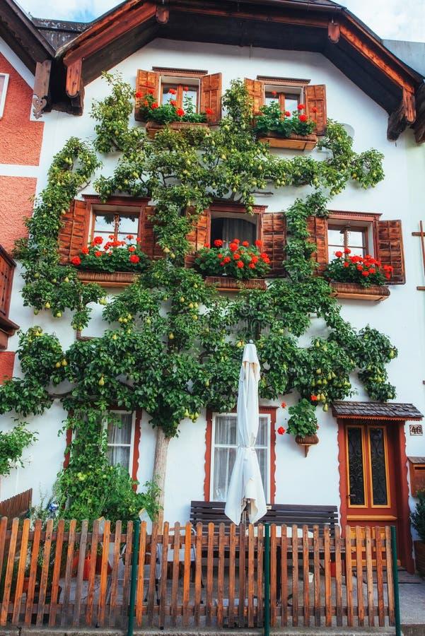 Vista cénico A área histórica da cidade Hallstatt com as casas coloridas tradicionais em Halshtati Áustria imagem de stock