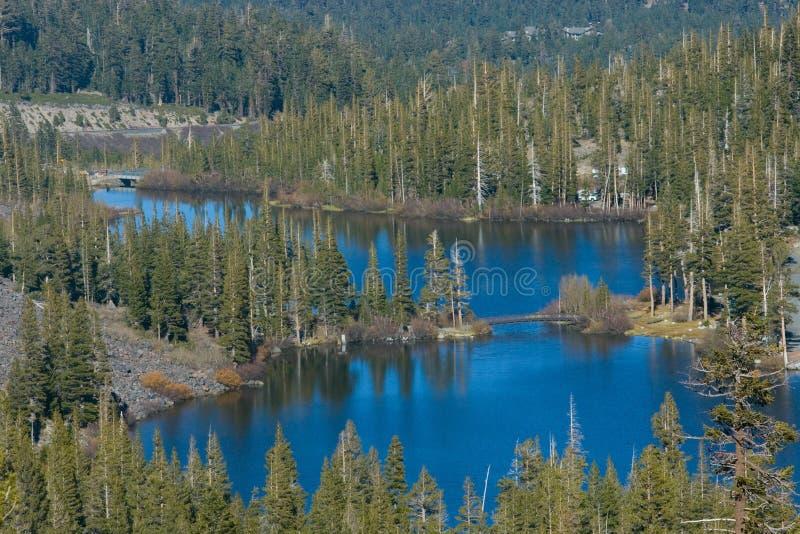 Vista cénico de uma montanha e de um lago imagem de stock royalty free