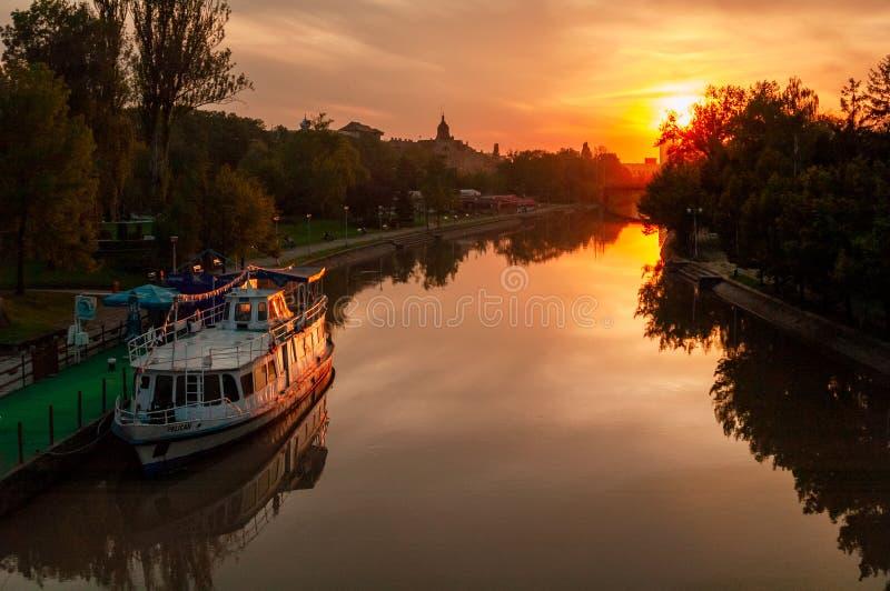 Vista cênica do rio Bega Timisoara no pôr do sol fotografia de stock