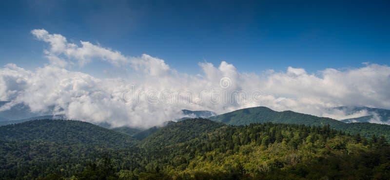Vista Cênica, Pista de Cordilheira Azul imagem de stock