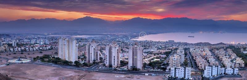 Vista cênico aérea colorida em cidades de Eilat Israel e de Aqaba Jordânia fotografia de stock