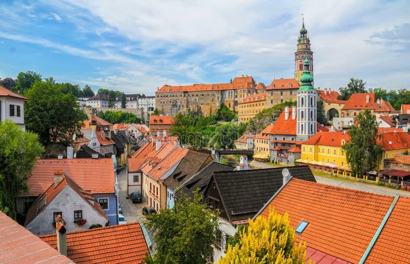 Vista cênico ao castelo e aos telhados na cidade velha de Cesky Krumlov, república checa fotos de stock royalty free