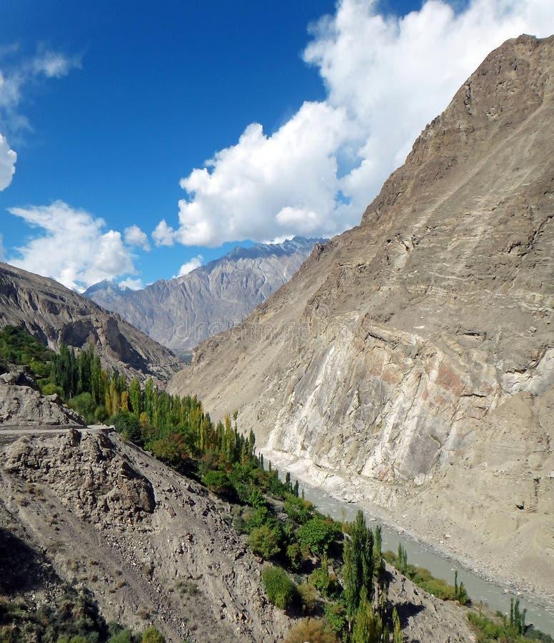 Vista cênico ao longo da estrada de Karakoram no verão imagem de stock royalty free