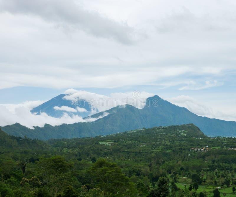 Vista cênico aos vulcões de Agung e de Abang foto de stock royalty free