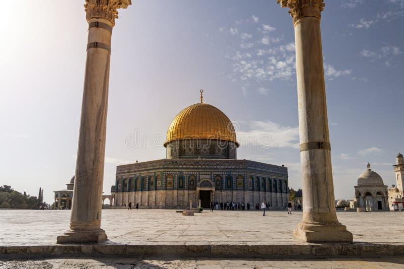 Vista cênico da abóbada da rocha através dos arcos das escalas das almas na cidade velha do Jerusalém, Israel O santuário islâmic fotografia de stock royalty free