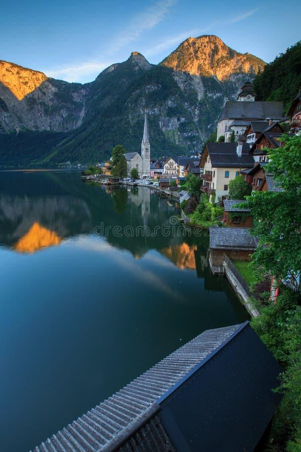 Vista cênico da aldeia da montanha famosa de Hallstatt com Hallstaett fotos de stock