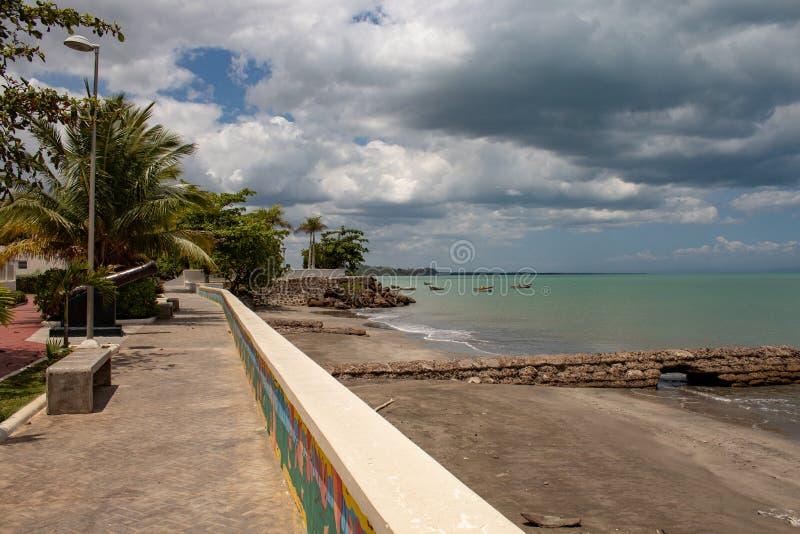 Vista cênico da baía de MIches na República Dominicana; mar verde, barcos, nuvens fotos de stock royalty free