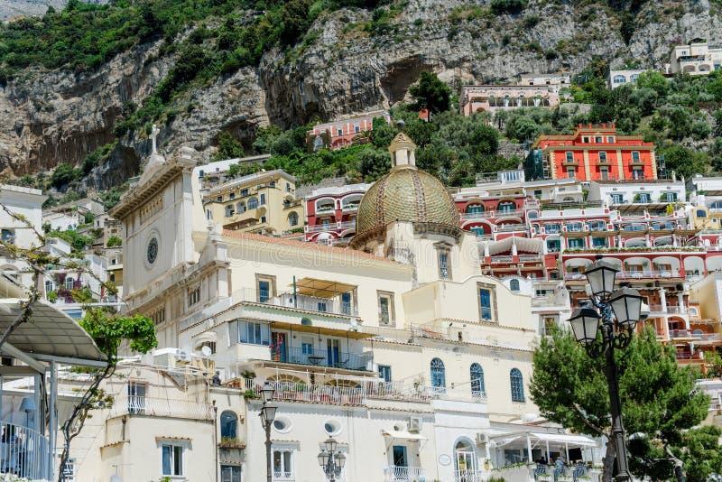 Vista cênico da catedral e das construções, Positano, costa de Amalfi, Itália imagem de stock royalty free