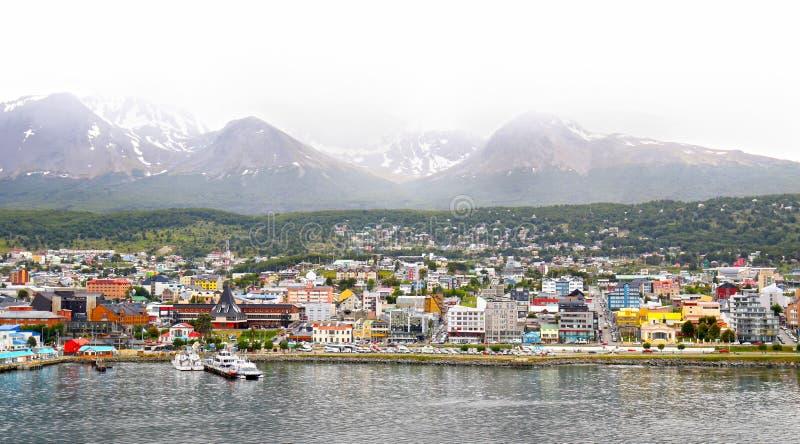 Vista cênico da cidade colorida de Ushuaia na capital da névoa da província de Tierra del Fuego em Argentina, Ámérica do Sul imagens de stock