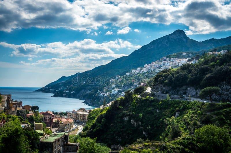 Vista cênico da costa famosa de Amalfi, Itália fotos de stock royalty free