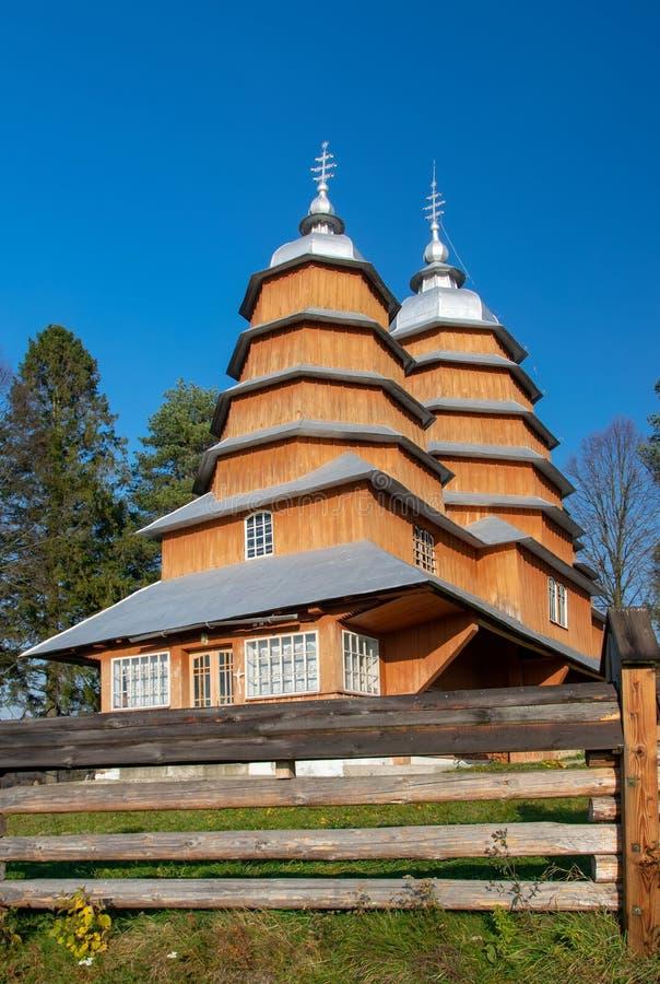 Vista cênico da igreja de madeira do católico grego de St Dmytro, UNESCO, Matkiv, Ucrânia fotos de stock