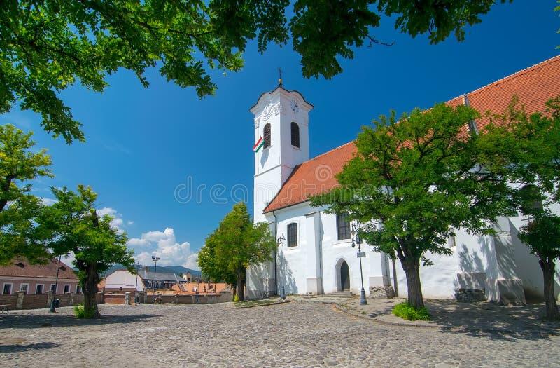 Vista cênico da igreja paroquial do St John Catholic na cidade velha de Szentendre, Hungria no dia de verão ensolarado imagens de stock royalty free