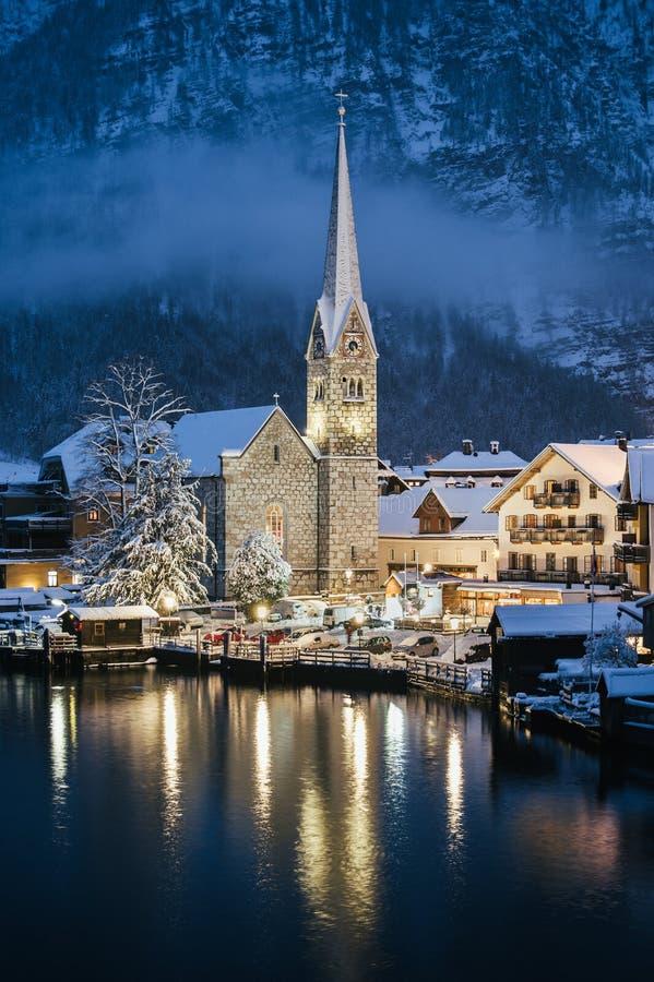 Vista cênico da igreja velha nas luzes no tempo de inverno, Hallstatt, A imagem de stock royalty free