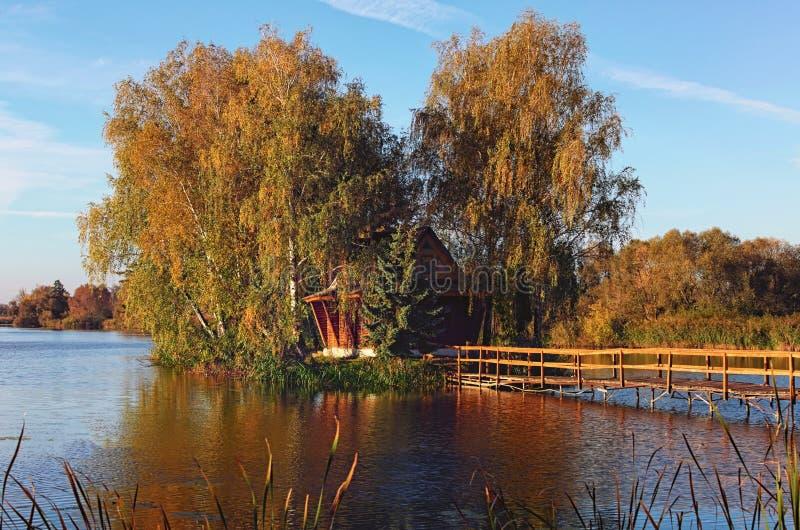 Vista cênico da ilha com casa abandonada e das árvores no meio do lago Paisagem da manhã do outono Vila de Solotvin velho imagem de stock royalty free