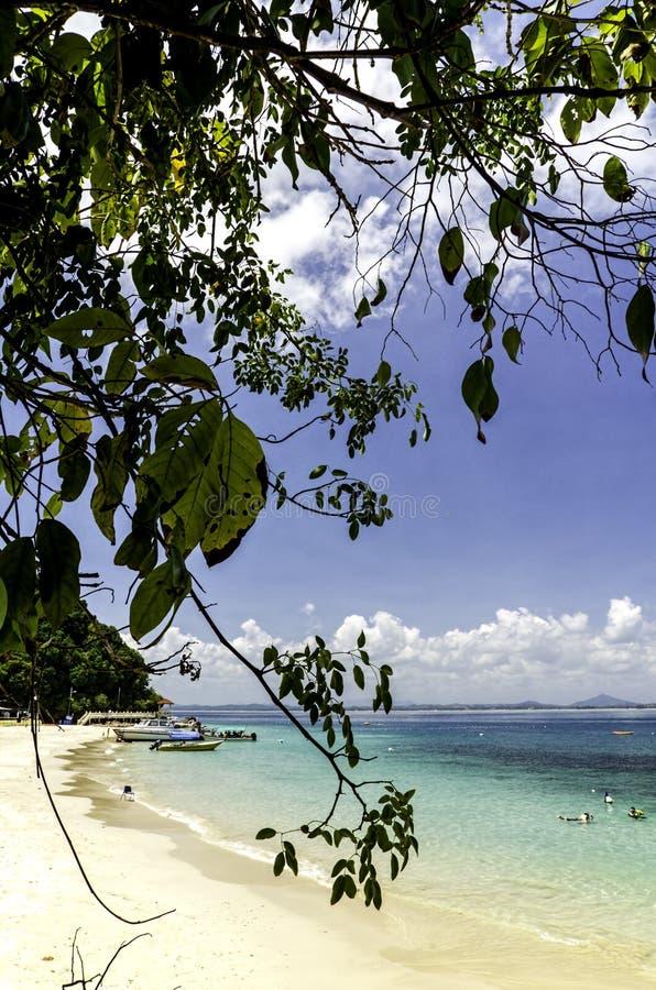 Vista cênico da ilha de Kapas cercada pela água do mar clara e pelo Sandy Beach branco imagem de stock royalty free