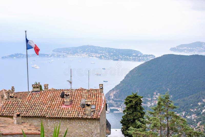Vista cênico da parte superior ao mar Mediterrâneo e da parte do villag de Eze imagens de stock