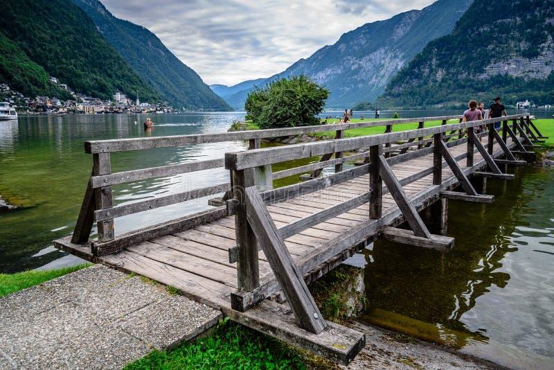 Vista cênico da ponte de madeira no lago em Hallstatt imagens de stock