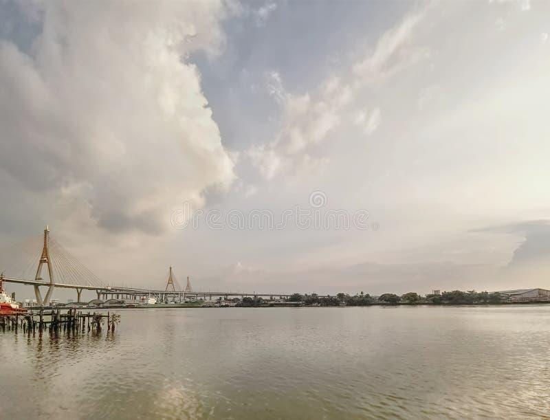 Vista cênico da ponte de suspensão em Banguecoque, Tailândia fotografia de stock royalty free