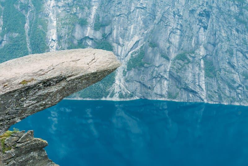 Vista cênico da rocha Trolltunga - língua da pesca à corrica em Noruega Rocha dentro imagens de stock