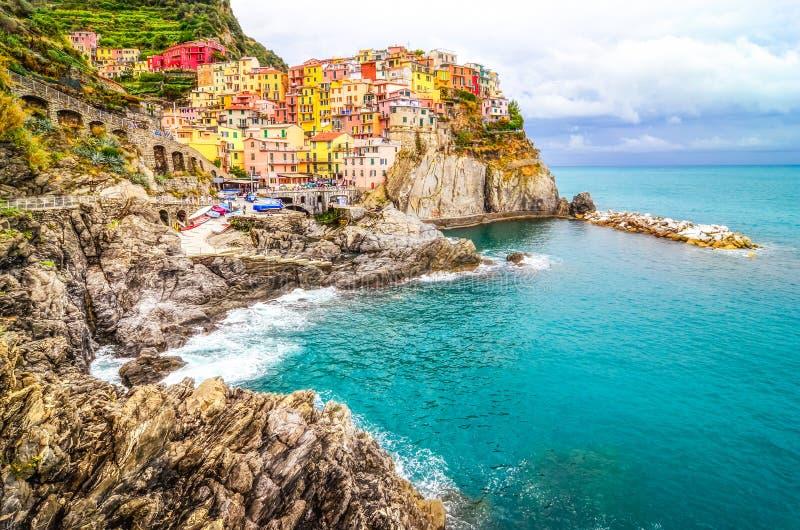 Vista cênico da vila colorida Manarola em Cinque Terre fotografia de stock