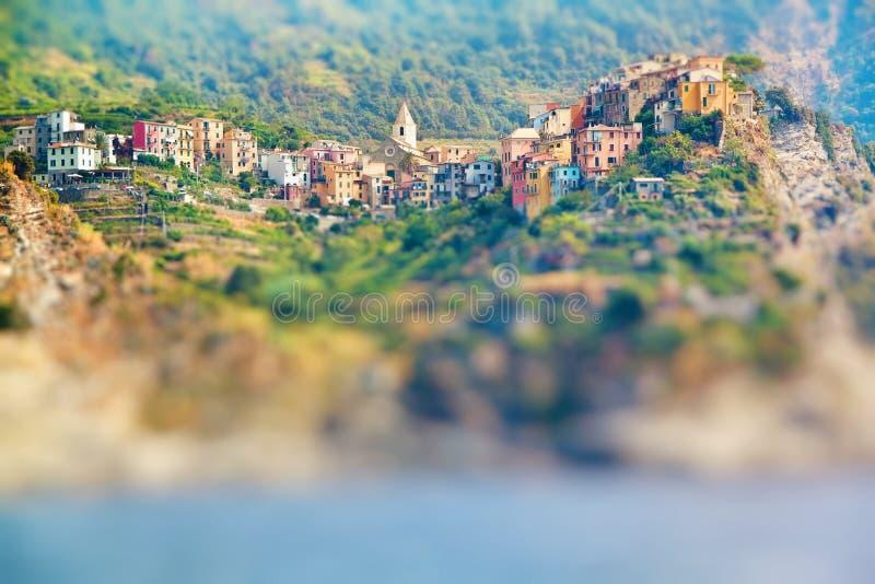 A vista cênico da vila colorida Vernazza e o oceano costeiam imagens de stock royalty free
