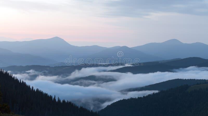 Vista cênico das florestas da montanha que cobrem pela névoa foto de stock royalty free