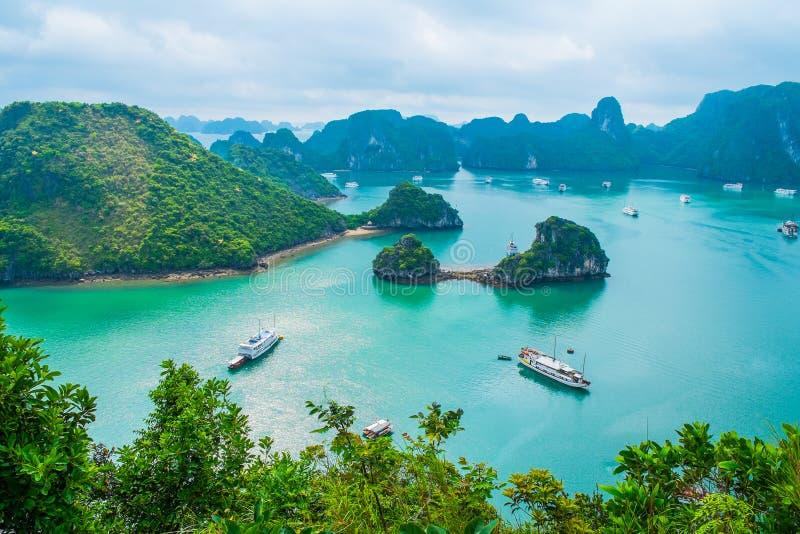 Vista cênico das ilhas na baía de Halong imagem de stock