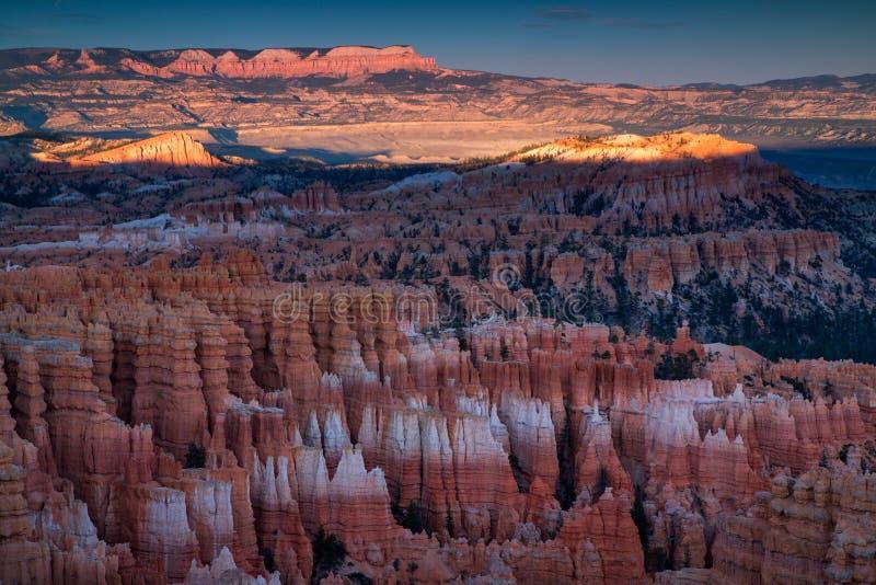 Vista cênico de azarentos impressionantes do arenito vermelho em Bryce Canyon Na imagens de stock